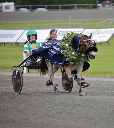 16 juli 2016 - Under Hästkrafthelgen kördes tre storlopp på Årjängstravet.  Här defilerar vinnaren i Årjängs Lilla Sprinterlopp, ponnyhästen  Eragon med Emma Smedeby i sulkyn.
