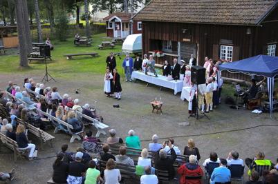 30 juli 2016 - Vid Hembygdsgården i Holmedal gav Sällskapet Värmlänningane i Arvika sång- och folklustspelet Värmlänningarna.