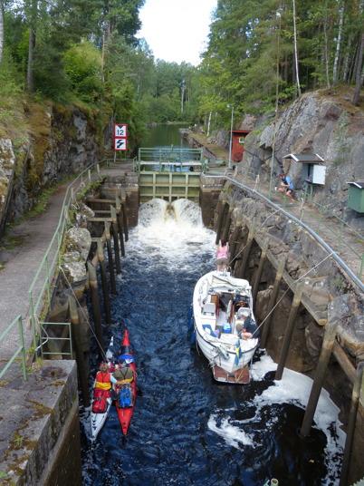 31 juli 2016 - Många båtar och kanoter slussade för att komma upp till sjöarna Töck och Östen.