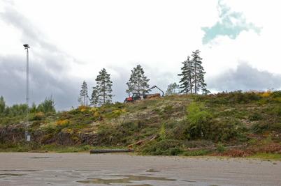 8 augusti 2016 - Vid Hagavallen arbetades det för att ta bort berget där nya parkeringen ska ligga