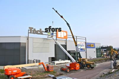 14 september 2016 - Vid Handelsparken satte man upp nya skyltar inför öppnandet av ICA-butiken.