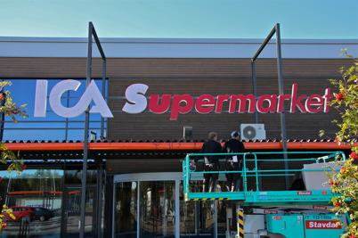 4 oktober 2016 - ICA-skyltarna kom på plats inför öppnandet av den nya butken i Handelsparken.