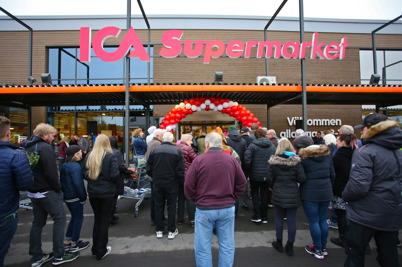 14 oktober 2016 - Många väntade för att komma in och se den nya ICA-butiken.