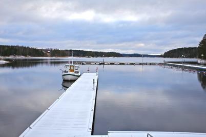 9 november 2016 - Sjön Foxen låg isfri och en sista båt låg kvar i Gästhamnen.