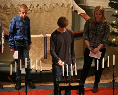 27 november 2016 - Ungdomar ur konfirmand-gruppen tände första ljuset i Advent.