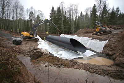 7 december 2016 - Vid Torpedalsälven i Anunderud Östervallskog grävde man ner nya vägtrummor.