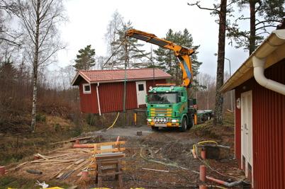 11 december 2016 - Och så var det dags att flytta boden vid Gästhamnens servicebyggnad, så att bygget av båtklubbens nya klubbstuga kunde starta.