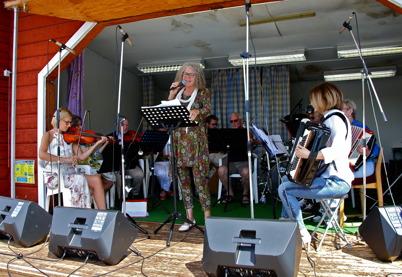 8 juli 2016 - . . och Gråbols Gårdsorkester spelade.