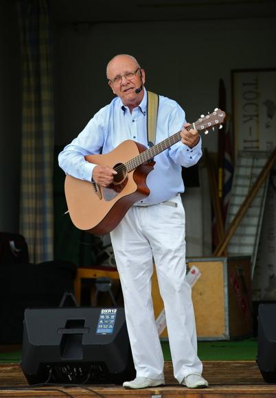 8 juli 2016 - Trubaduren Åke Holt spelade och sjöng på torget.