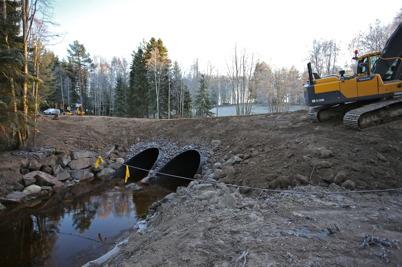 14 december 2016 - Läggningen av nya vägtrummor vid Torpedalsälven i Östervallskog slutfördes.