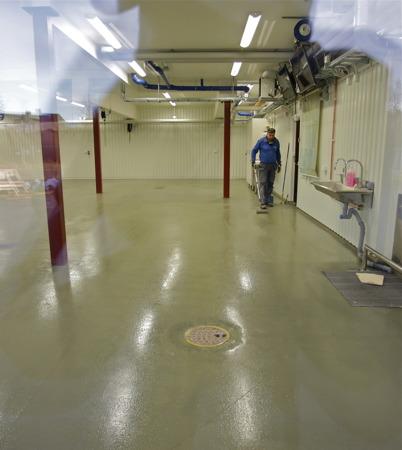 11 december 2015 - Målning av golvet i vagnhallen.
