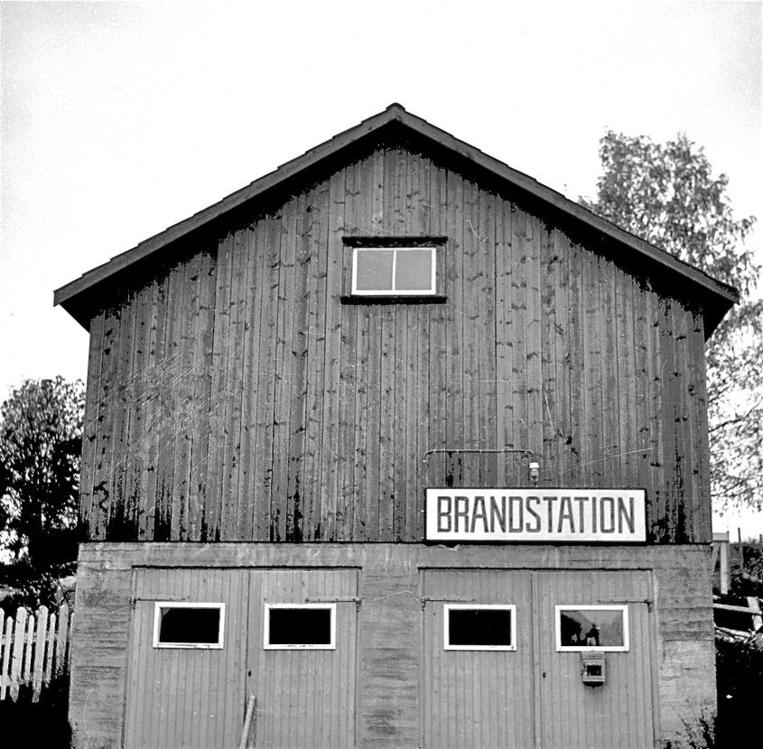 Töcksfors brandstation vid Herrgården på 1950 - 1960-talet, strategiskt placerad i närheten av Töcksfors sågverk som då var bygdens största arbetsgivare. Foto : Fritz Arenö / Årjängs kommuns bildbank.