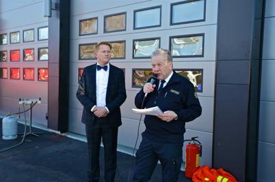 Räddningschefen Roger Jansson inledde ceremonin med att berätta om byggnationen. Daniel Schützer, kommunstyrelsens ordförande, väntade för att hålla invigningstalet, släcka en eld och förklara brandstationen för invigd.