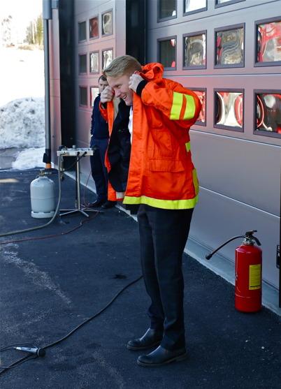 Så var det dags för Daniel Schützer att klä sig delvis som brandman för att släcka elden och förklara stationen för invigd.