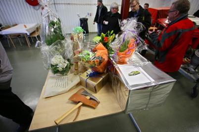 Bordet i vagnhallen fylldes med gåvor.