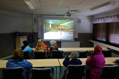 I nya lektionssalen kunde man se bilder från tiden före ombyggnaden, byggprocessen och inflyttningen.