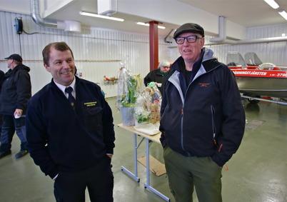 I vagnhallen stod stf räddningschefen Jonas Ericsson och samtalade med Göran Nilsson, legendarisk ledare av Töcksfors seglarskola.