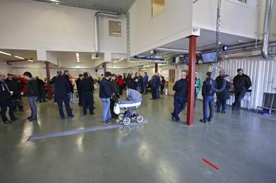 Folk samlades i vagnhallen där det serverades varm korv m m.