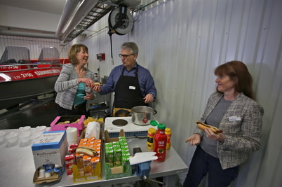 Kommunchefen Birgitta Evensson och Owe Lindström, chef för kommunens medborgar-service, serverade korv och dricka på löpande band.