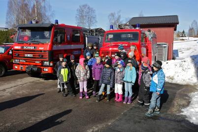 Efter fikat var det dags för skolbarnen att umgås med brandbilarna.