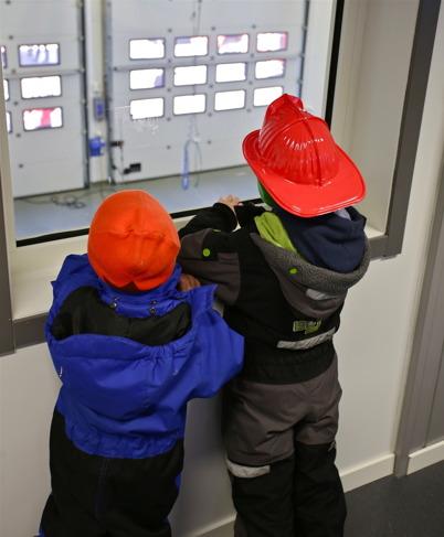 Månne det är två nya brandmän som står här.