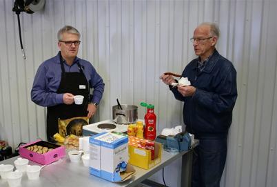Owe Lindström pustar ut tillsammans med förre Brandchefen Bo Danielsson.