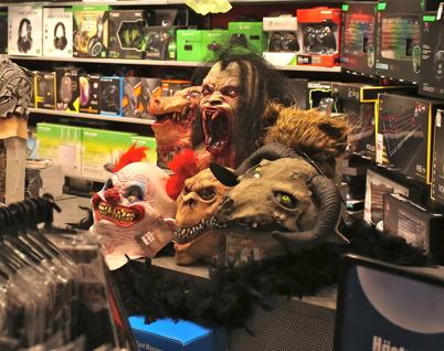 Teknikmagasinet sålde ruskiga masker eftersom det var Halloween.