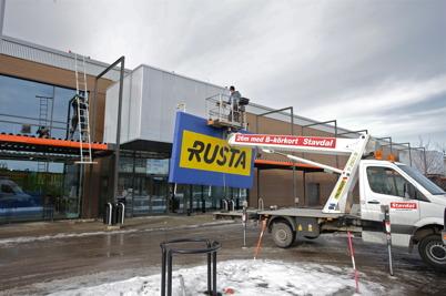 22 februari 2016 - RUSTA-skylten monteras över nya entrén.