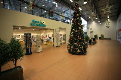 18 november 2015 - Julen har flyttat in i Handelsparken. Längre söderut i byggnaden har rivningsarbetet startat, som ska ge plats för nya ICA butiken.