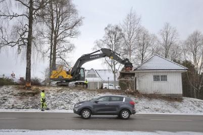 17 januari 2017 - Arbetet vid Älverud inleddes med trädfällning och rivning av garage.