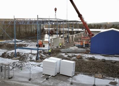 19 januari 2017 - Och vid Flexit kom första väggsektionerna på plats, samtidigt som takläggningen fortsatte.
