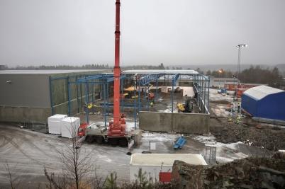 25 januari 2017 - Och vid Flexitfabriken gick arbetet vidare med tak och väggar.