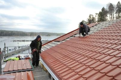 26 januari 2017 - Båtklubbens nya stuga förseddes med takplåt.