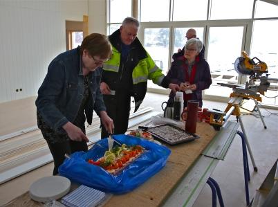 17 februarii 2017 - Och i Sandviken var det dags att fira med smörgåstårta i nya klubbstugan.