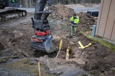 20 februari 2017 - Vid vägarbetet på Älverudsområdet grävde man fram diverse ledningar.
