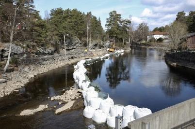16 april 2017 - I Lennartsfors lagade man muren vid seglingsrännan til sluss-trappan.