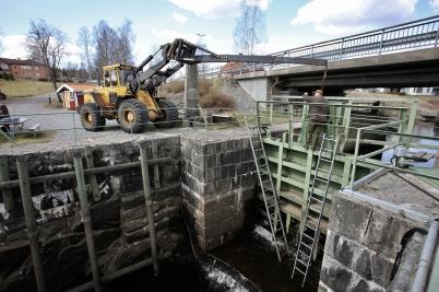 19 april 2017 - Töcksfors Smide lagade norra slussporten vid övre slussen.
