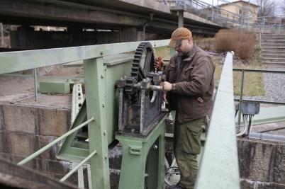 20 april 2017 - Töcksfors Smide lagade norra slussporten vid övre slussen.