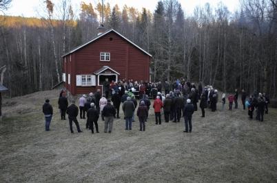 30 april 2017 - Vårtal och körsång framfördes dock utomhus vid Kloppa, där även brasan tändes.