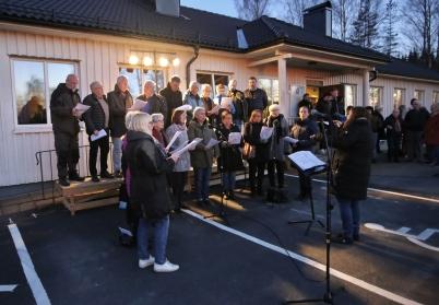 30 april 2017 - I Töcksfors var det valborgsmässofirande i kyrkan och utanför församlingshemmet, med körsång, vårtal och brasa.