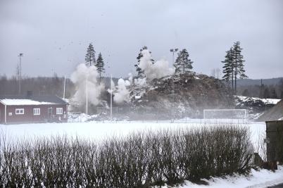27 februari 2017 - Det var en mäktig syn när sprängsalvan lyfte berget vid Hagavallen.