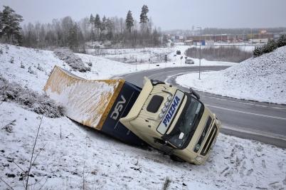 1 mars 2017 - En utländsk lastbils-chaufför missbedömde väglaget och kurvan vid Lindudden.