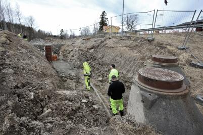 16 mars 2017 - Vid vägarbetet på Älverudsområdet fortsatte man att lägga olika ledningar.