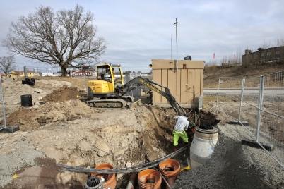 29 mars 2017 - Kommunen drog om ledningar vid pumpstationen.