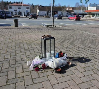 10 april 2017 - På torget i Töcksfors fanns möjlighet att hedra offren efter terrorattentatet på Drottninggatan i Stockholm.