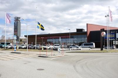 10 april 2017 - Även shoppingcentret hedrade offren i Stockholm med en tyst minut, och flaggade  på halv stång.