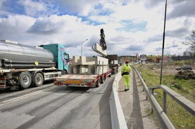 9 maj 2017 - På E18 satte man ut barriärer, så att arbetet med nya in- och utfarten vid Älverud kunde ske på ett säkert sätt.