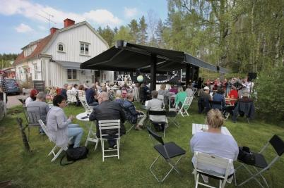 20 maj 2017 - Vid Silleruds station var det trädgårdsfest med mat och körsång.