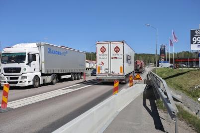 23 maj 2017 - Arbetet på E18 pågick samtidigt som den tunga trafiken rusade förbi.