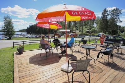 17 juni 2017 - Vid nya Töcksfors Campings reception kunde man sitta och njuta av det fina vädret och ta en fika.